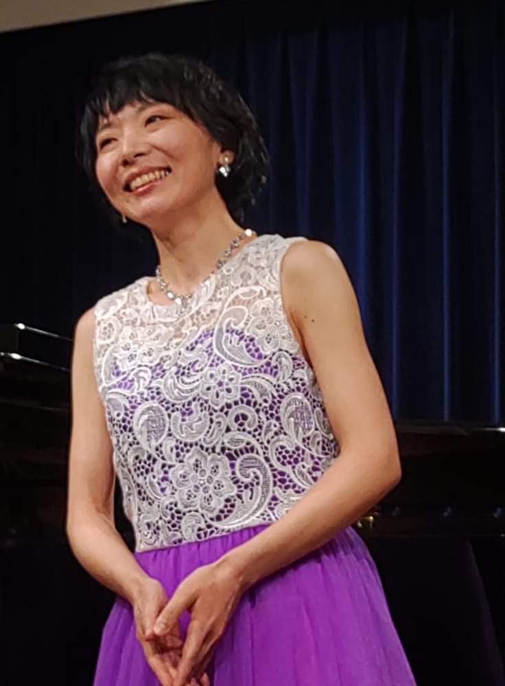 有田の歌唱時の写真。